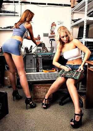 szervizes lányok