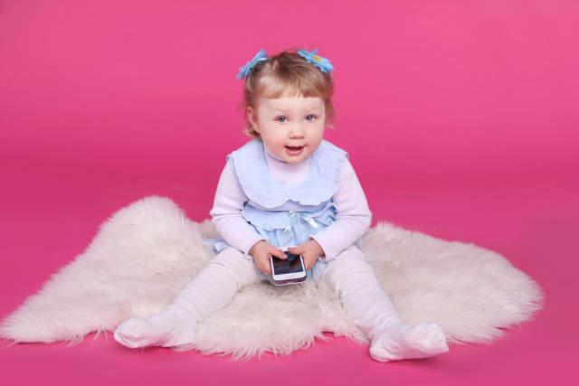 gyermek-kislany-mobiltelefon
