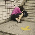 Elvette az utcán alvó nő telefonját