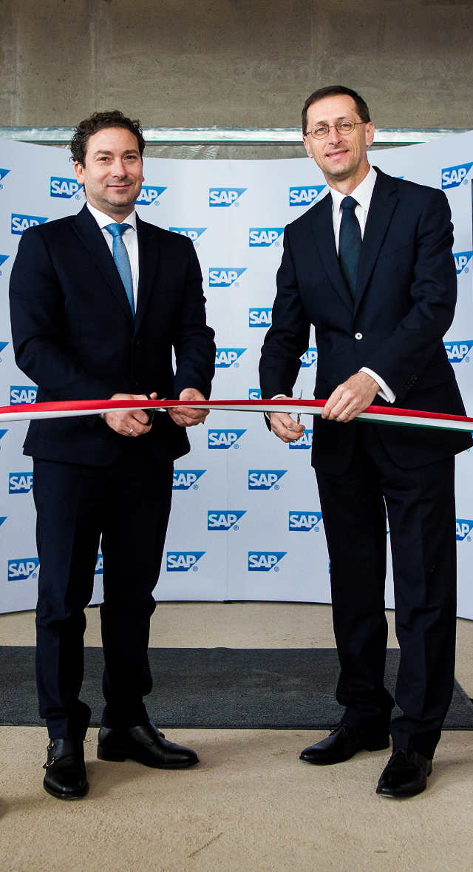 2016.10.14. Ablonczy Balázs az SAP Hungary KFt vezérigazgatója és Varga Mihály nemzetgazdasági miniszter jelképesen átadták az SAP új szerkezetkész épületét a budapesti Graphisoft park területén.