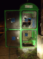 Duhajkodás áldozata lett egy szebb napokat látott telefonfülke Vanyarcon