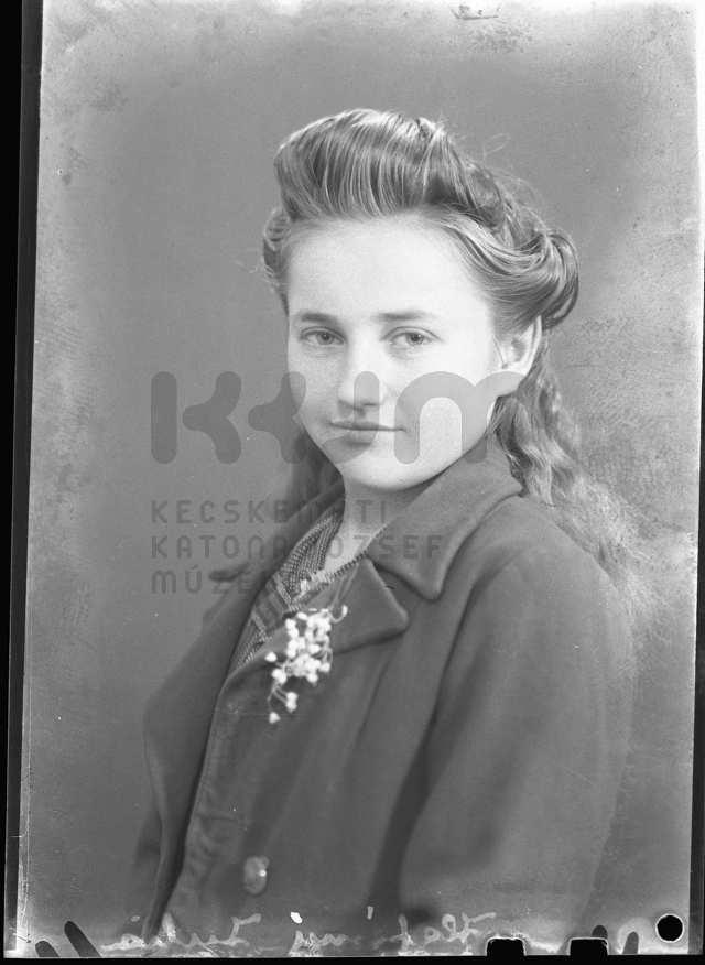 Női portré 1930-as években, Kecskeméten készült műtermi felvétel, amely része a Kecskeméti Katona József Múzeum 7730 darabból álló üvegnegatív állományának.