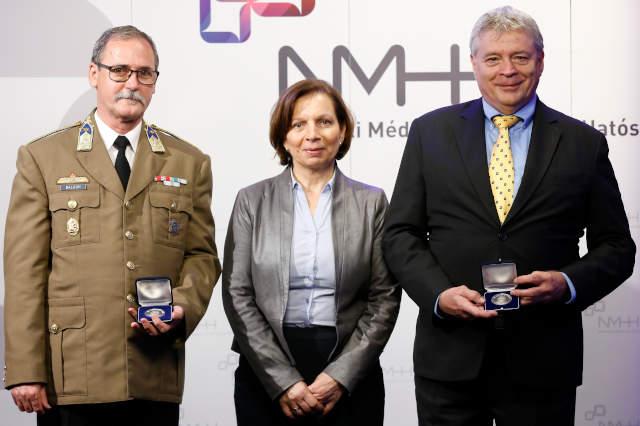 Karas Monika, az NMHH elnöke a két Magyari Endre-díjassal: Balogh Jánossal és Bozsóki Istvánnal. (Fotó: NMHH, Sebestyén Gábor)