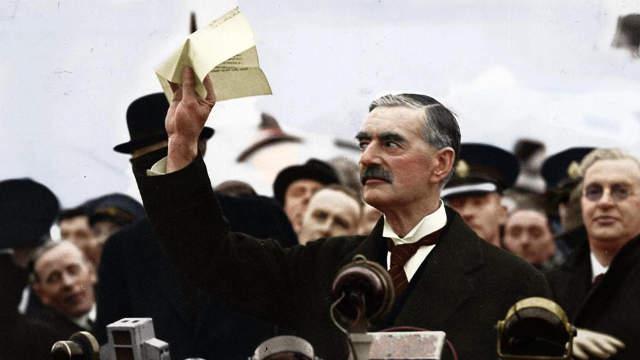 Neville Chamberlain a hestoni repülőtéren lobogtatja a müncheni békaeszerződést, ami annyit is ért
