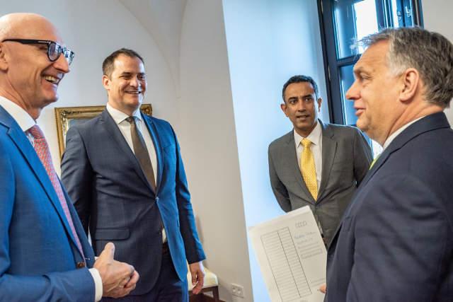Orbán Viktor miniszterelnök, Timotheus Höttges vezérigazgató, Deutsche Telekom AG, Rékasi Tibor vezérigazgató, Magyar Telekom Nyrt. és Srinivasan Gopalan, a Deutsche Telekom Csoport Európáért felelős Igazgatósági tagja. (Forrás: MTI)