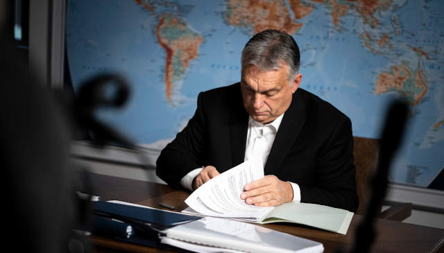 Orbán aláír