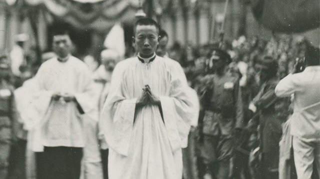 Kína, katolikus pap
