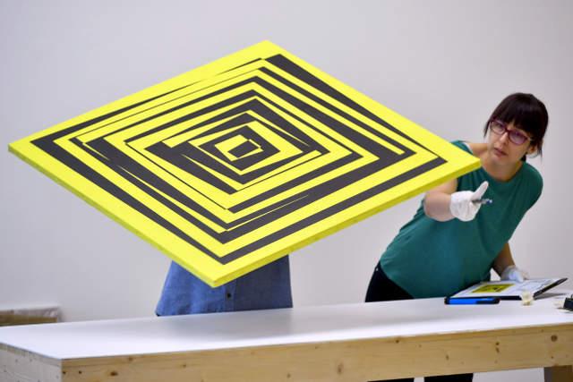 Vera Molnár képzőművész egyik alkotásának állapotfelmérését végzik a kicsomagolás után a debreceni Modem Modern és Kortárs Művészeti Központ szakemberei 2020. július 13-án. A magyar származású, több mint hetven éve Párizsban élő művész a számítógépes művészet úttörője, aki a személytelen (számító)gép használatával is képes emberközeli, az alkotó személyiségét, képzelőerejét tükröző munkákat létrehozni. Vera Molnár kiállítása július 18-án nyílik meg Debrecenben. MTI/Czeglédi Zsolt